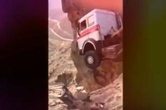فيديو يحبس الأنفاس.. نجاة سائق شاحنة كادت تسقط من فوق جبل بالطائف - المواطن