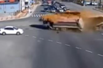حادث شاحنتين محملتين بالرمال