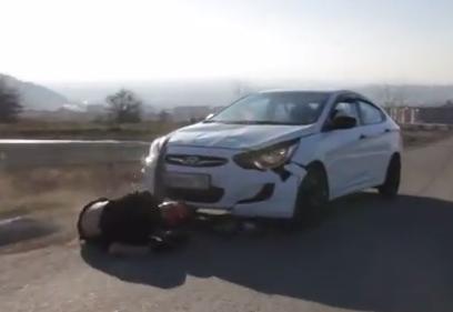 حادث مؤلم لمتزلج يصطدم وجها لوجه بسيارة