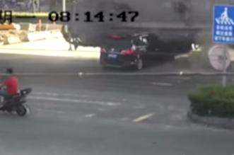 شاهد.. حادث مروع لشاحنة تسحق سيارة وسائقها ينجو بأعجوبة - المواطن