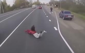 حادث مروع لفتاة تعبر الشارع