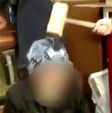 بالفيديو ..حارس سجن يحطم هواتف محمولة فوق رؤوس السجناء