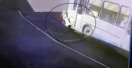 شاهد.. حافلة تسحل طفلة حاولت ركوبها أمام أعين والدتها - المواطن