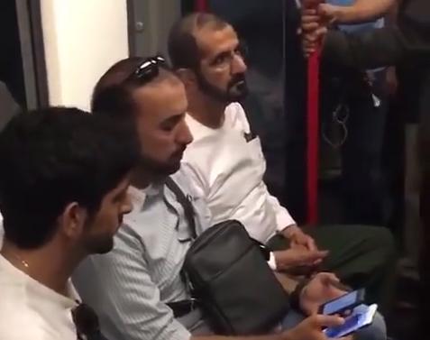 حاكم دبي ونجله في عربة مترو لندن العادية وبين الركاب