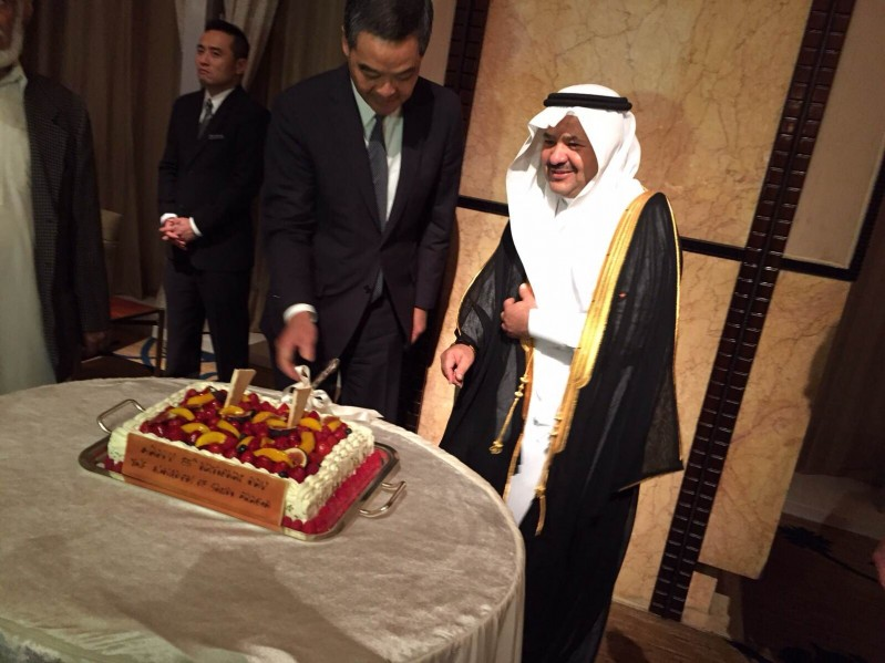 في سابقة نادرة.. حاكم هونج كونج يشارك القنصلية السعودية احتفالها بـ #اليوم_الوطني