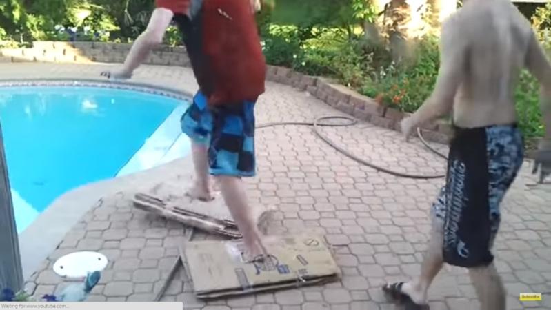 حاول السير على الماء فوقع في موقف محرج