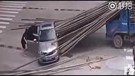 فيديو مرعب.. أسياخ حديد تخترق مركبة على الطريق