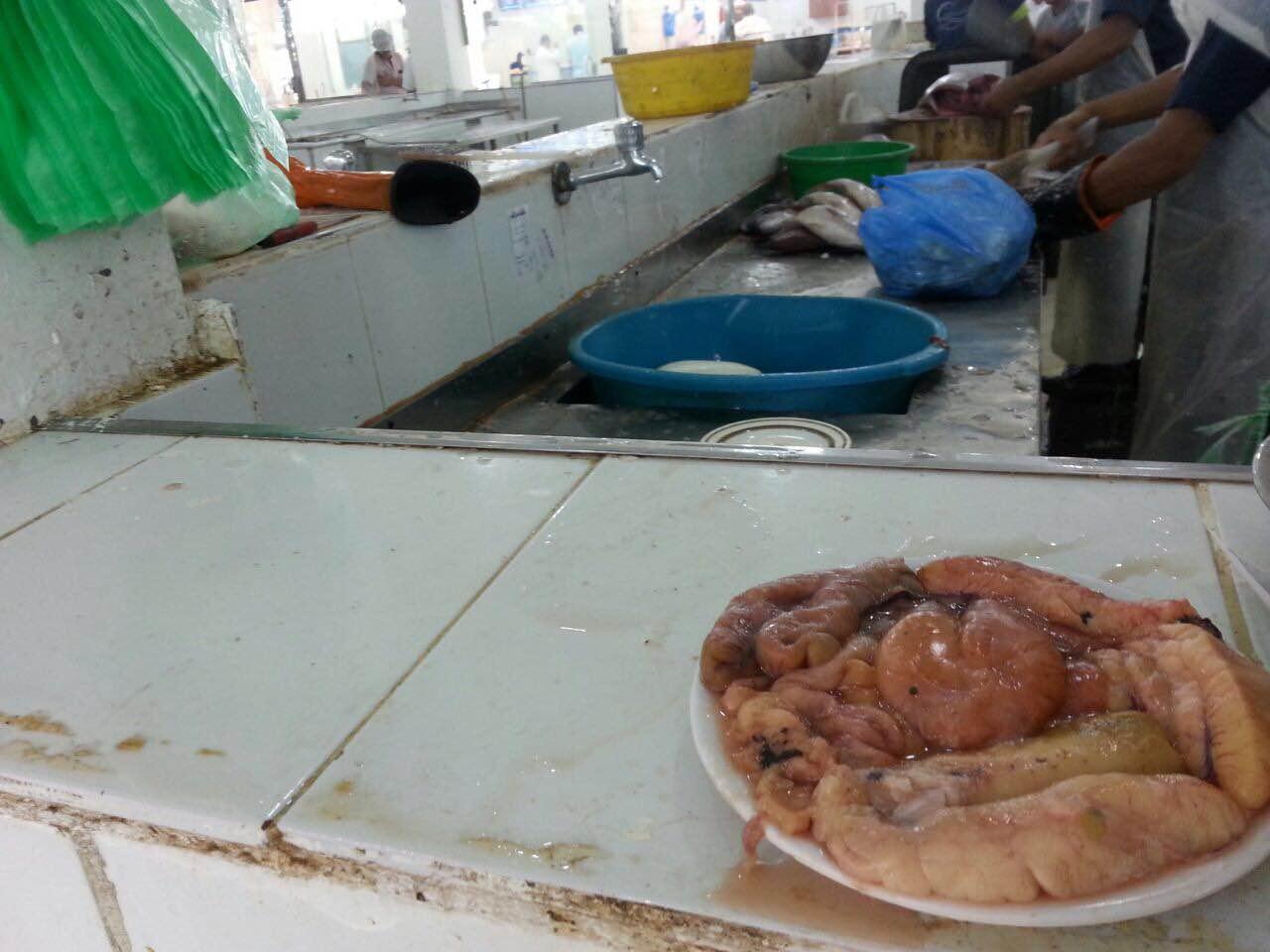 حرارة الاجواء واقتراب رمضان يسجلان ركودا في اسواق السمك بمكة (4)