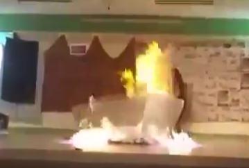 حرقت زميلتها على المسرح