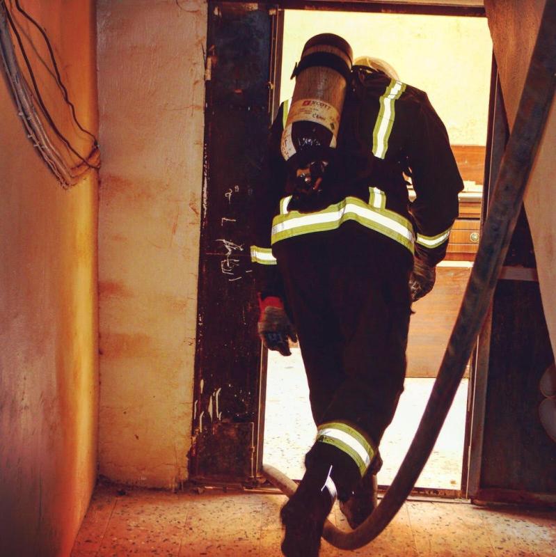 حريقاً نَشَب في إحدى المباني السكنية بحي العزيزية3