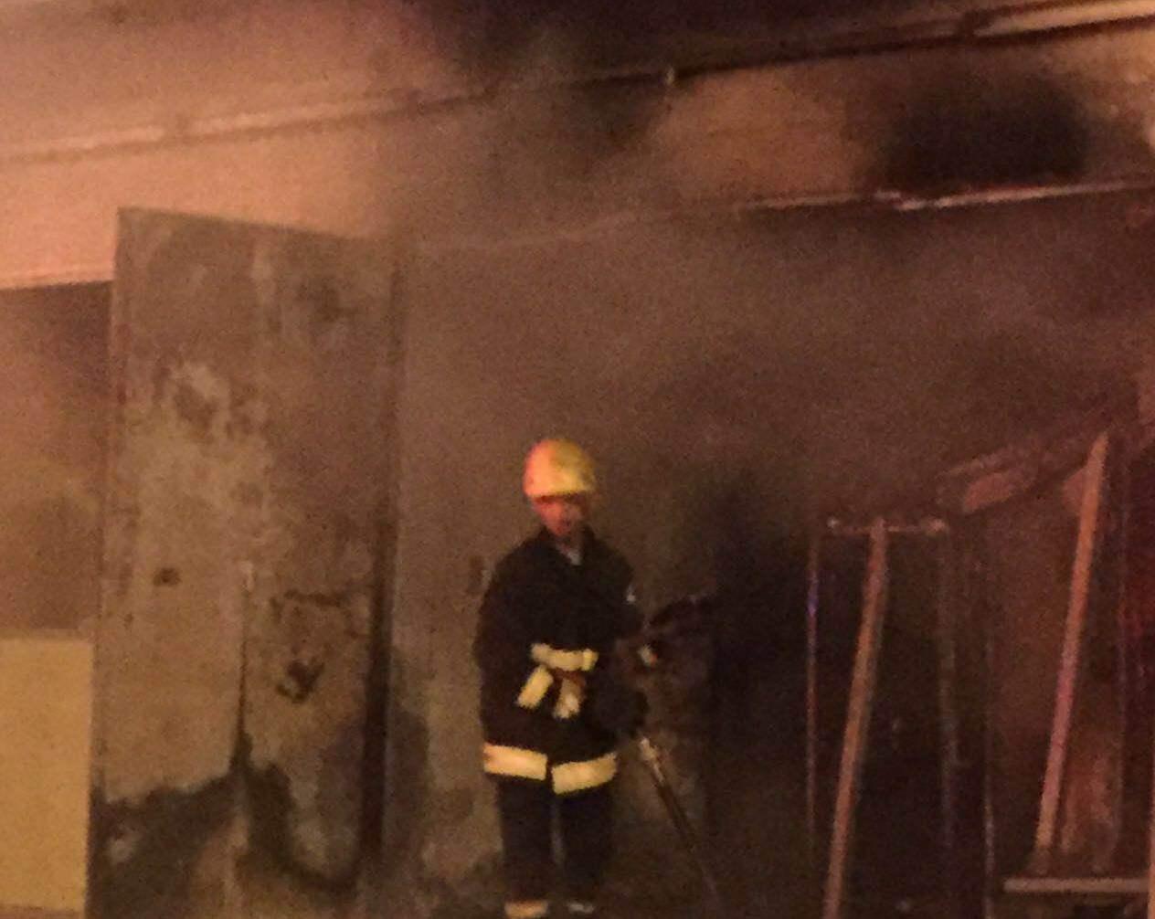حريق باحدى المحلات التجارية بحي الرصاص بخميس مشيط (2)