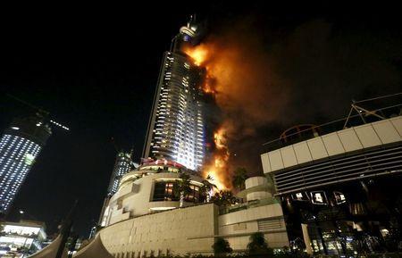 النار تشتعل في فندق في وسط مدينة دبي يوم الخميس. تصوير: أحمد جاد الله - رويترز.