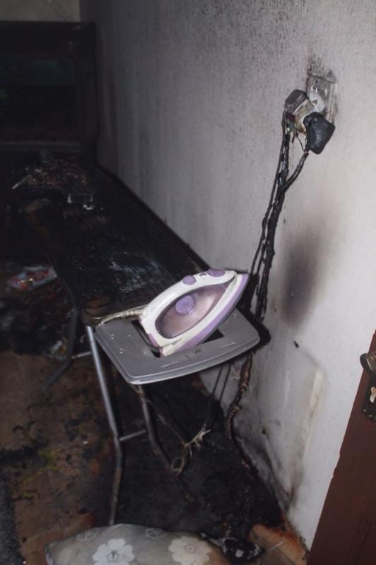 بالصور.. شاحن الجوال يحرق شقة ويخلي 21 شخصًا في عمارة سكنية بالطائف