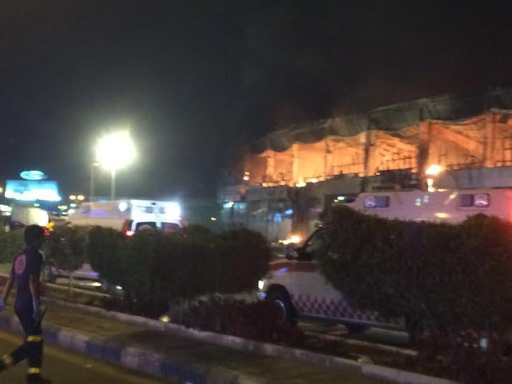 حريق ضخم بجمع تجاري قبيل افتتاحه بجازان