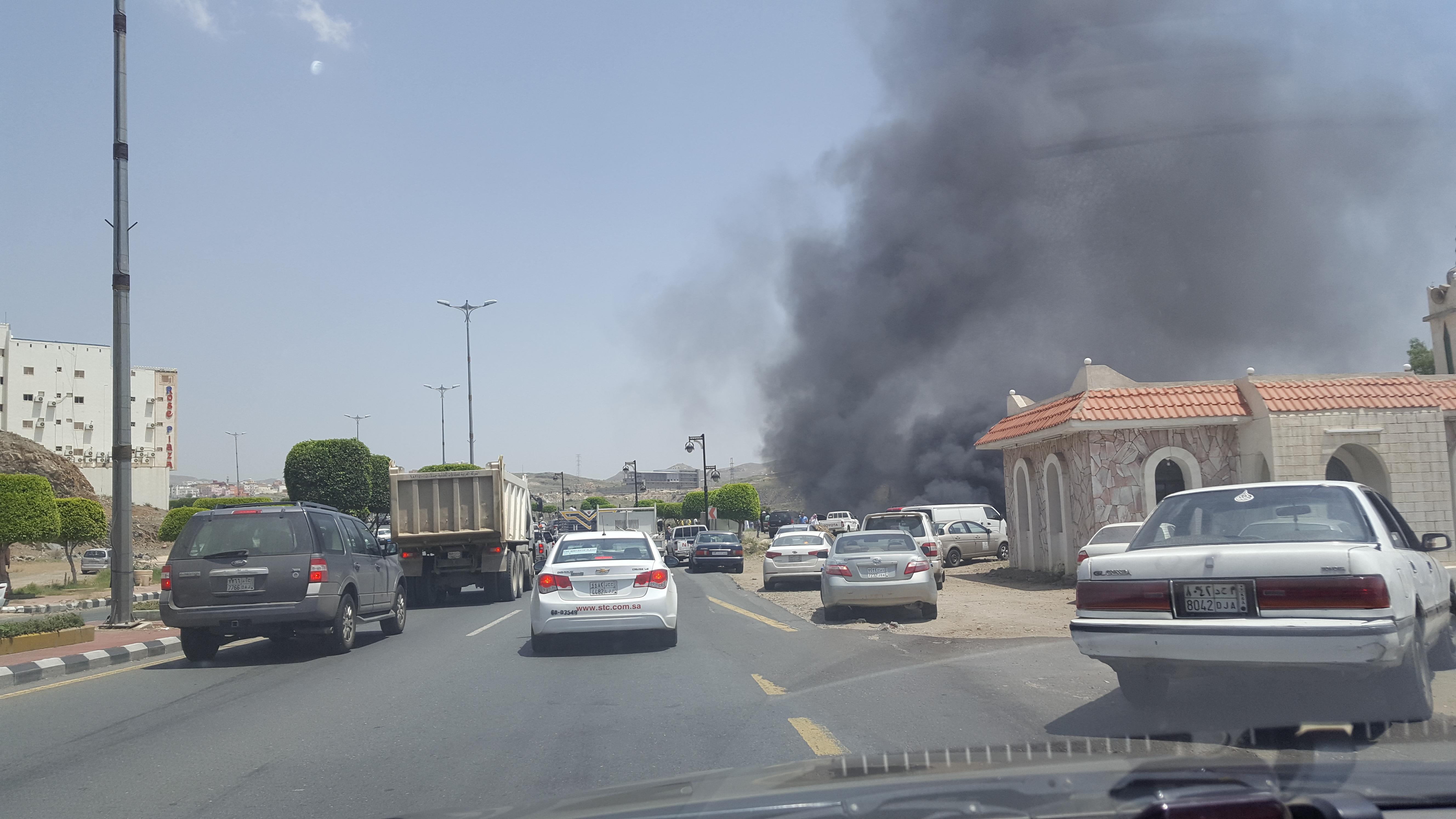 حريق ضخم في احد المواقع في ابها (2)