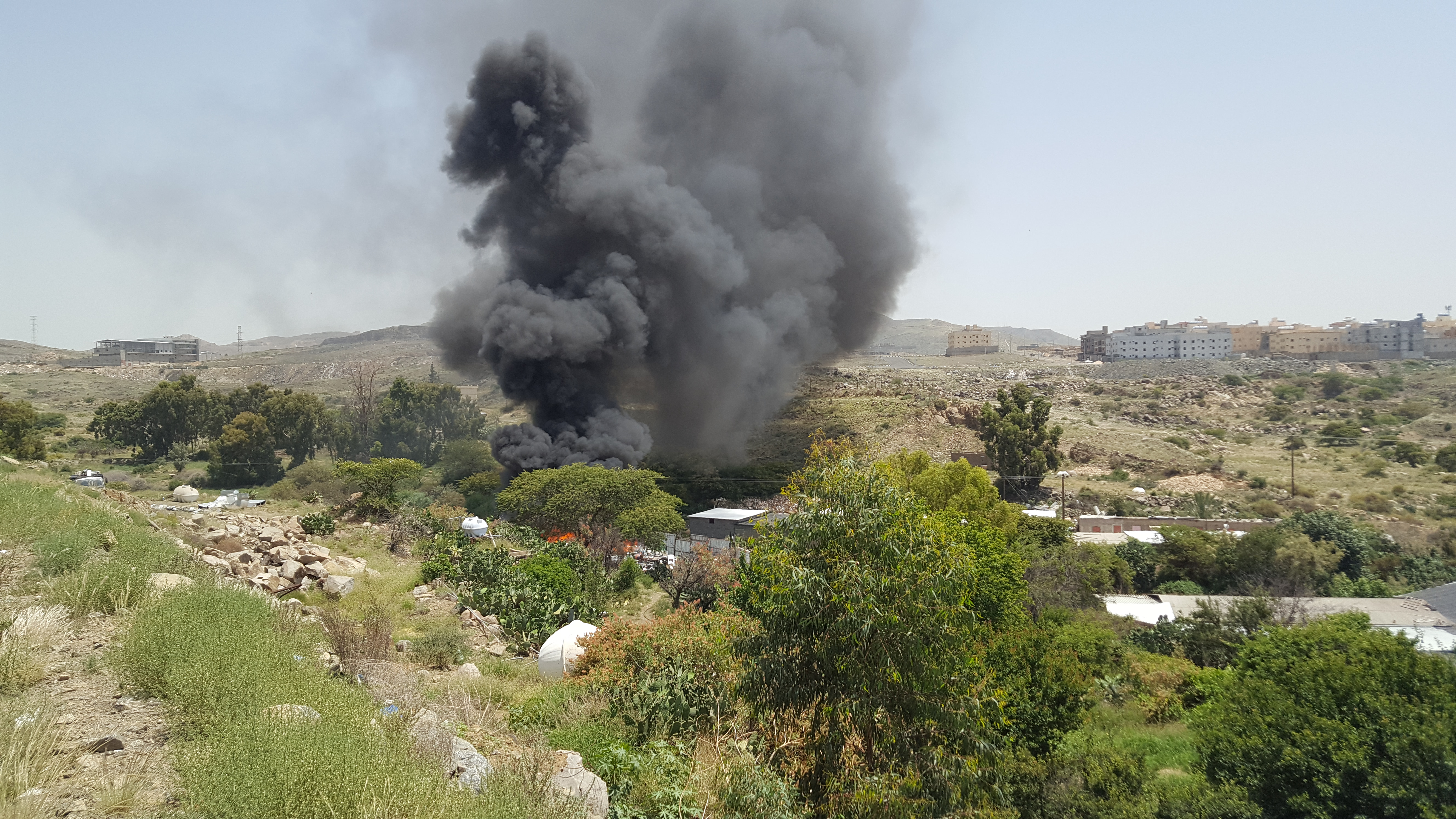 حريق ضخم في احد المواقع في ابها (4)