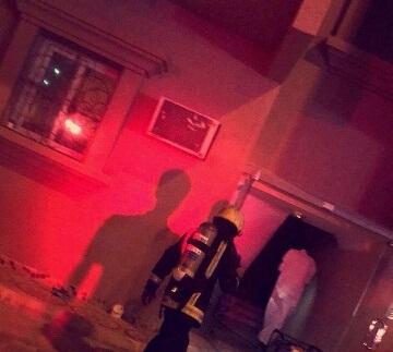 حريق مروع يحتجز 3 أشخاص بالخبر (2)