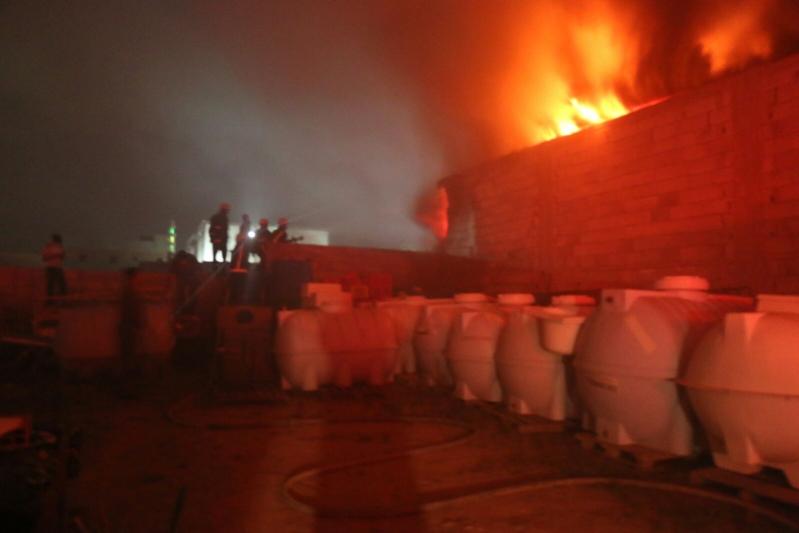 حريق  مستودع بحي الحسينية بمكة المكرمة (1)