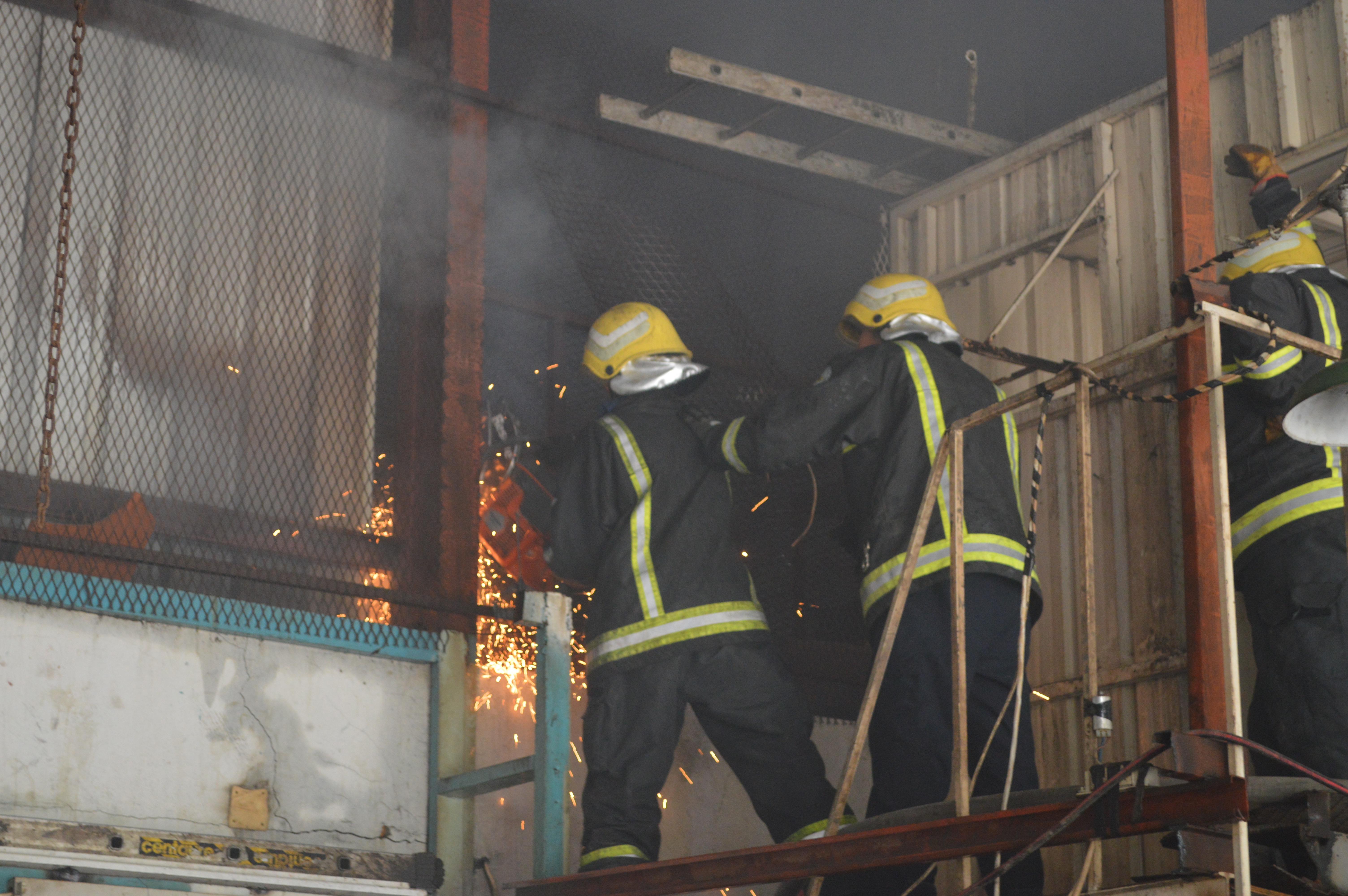 حريق مستودع لقطع غيار السيارات بالمنطقة الصناعية بجدة (1)
