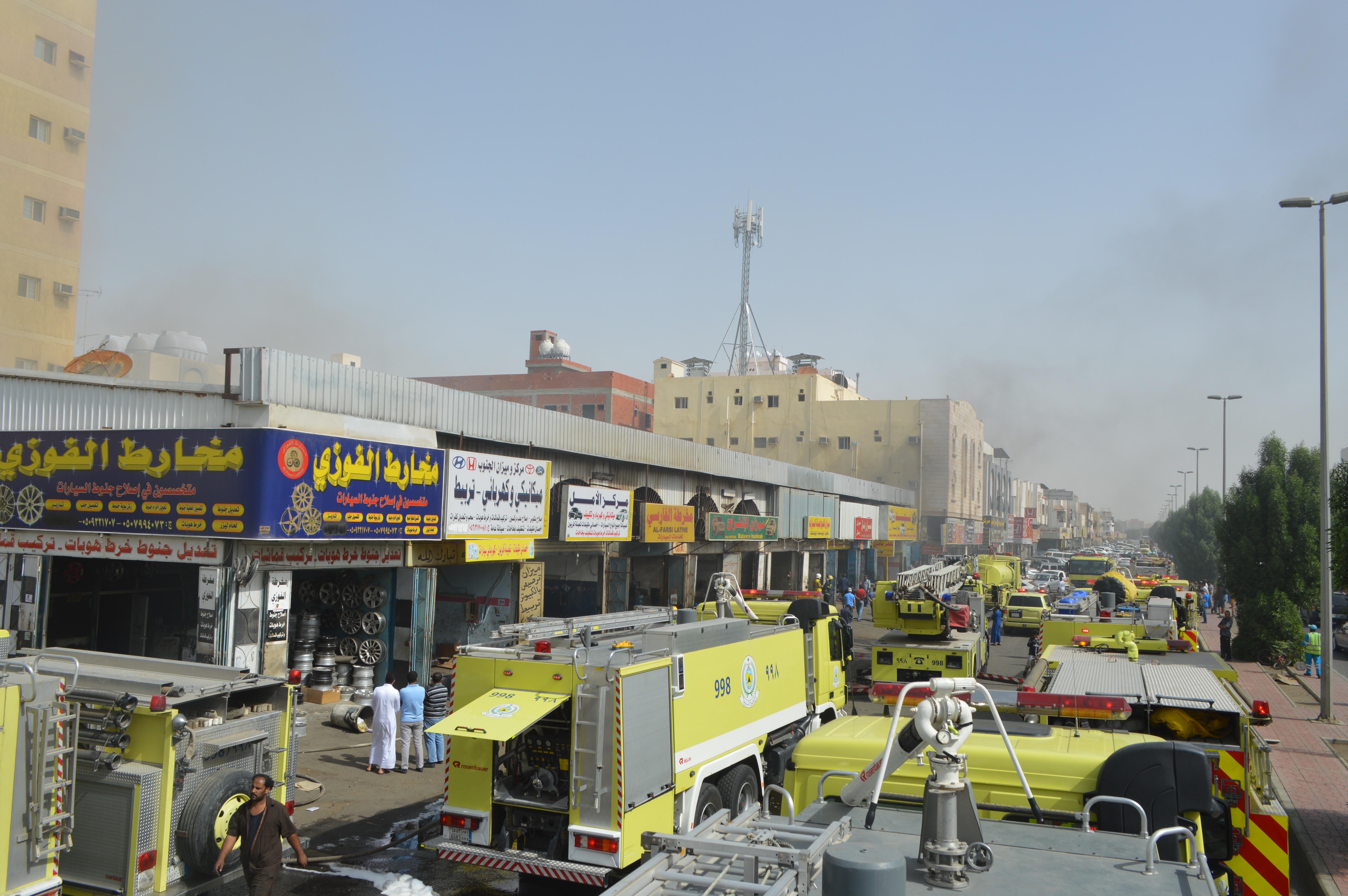 حريق مستودع لقطع غيار السيارات بالمنطقة الصناعية بجدة (2)