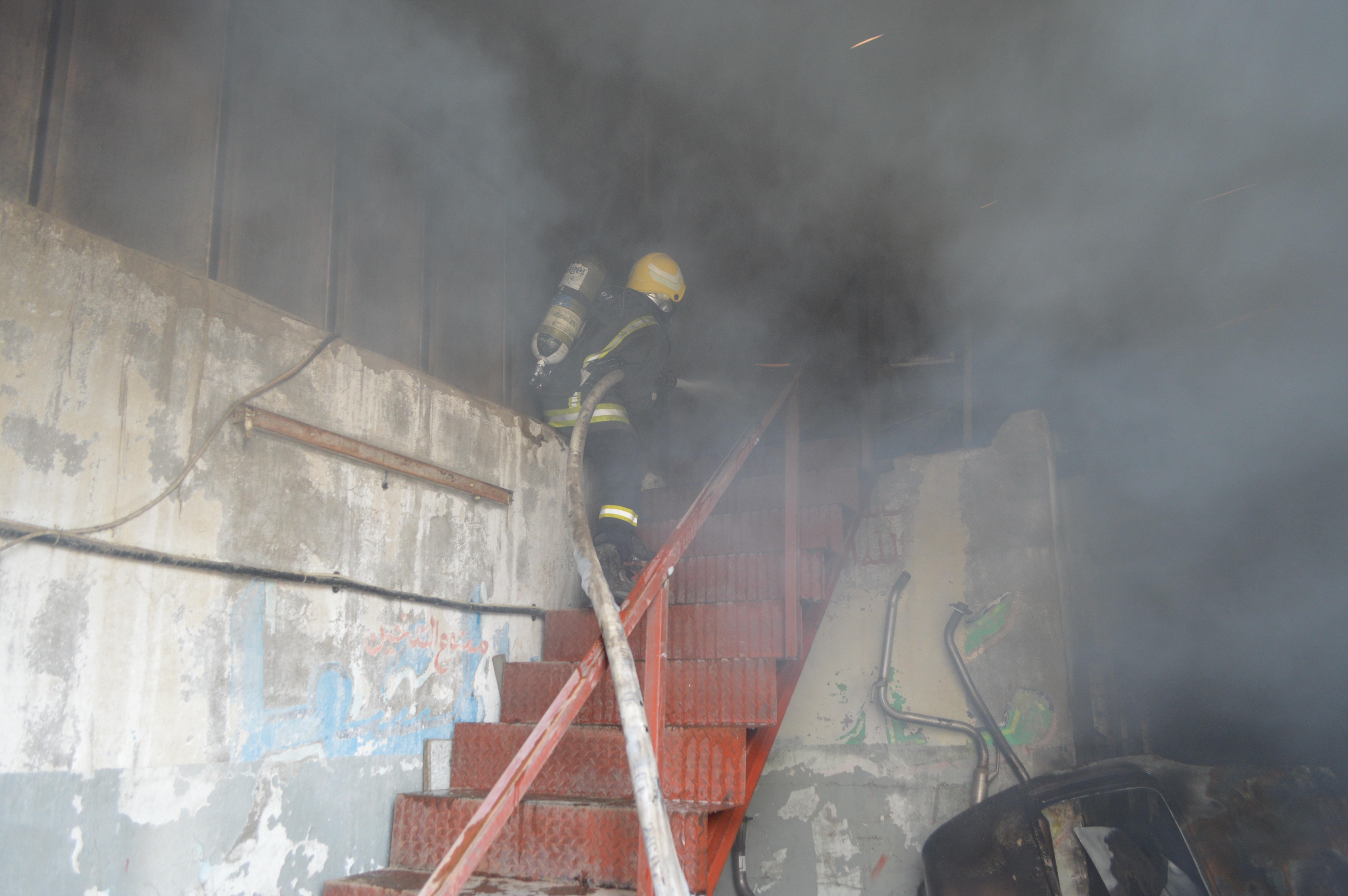 حريق مستودع لقطع غيار السيارات بالمنطقة الصناعية بجدة (3)