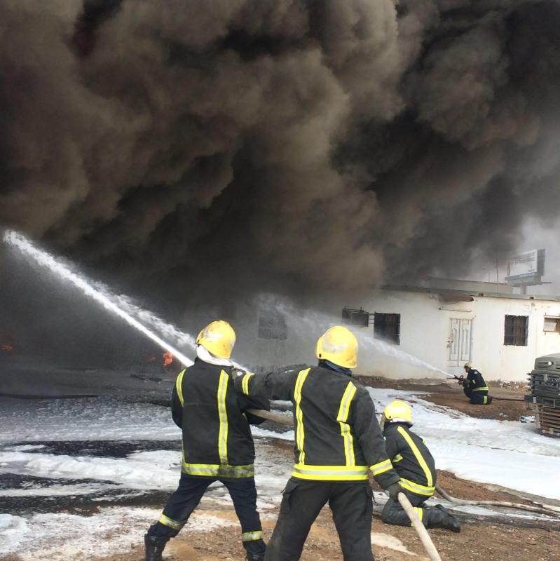 حريق هائل  بمستودع قطع غيار بينبع4