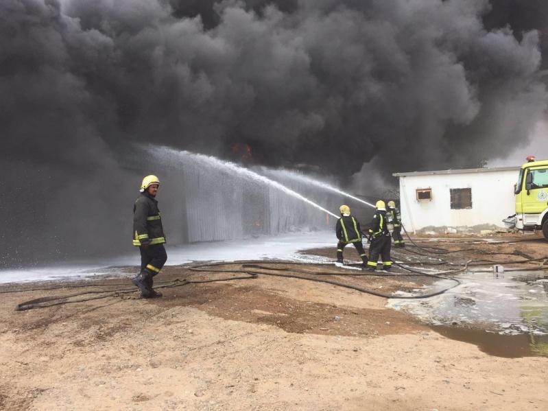حريق هائل  بمستودع قطع غيار بينبع5
