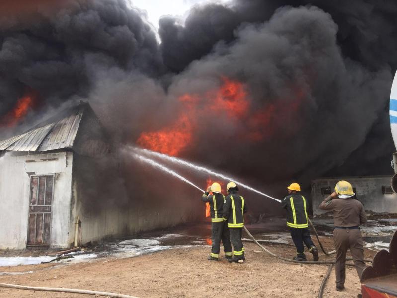 حريق هائل  بمستودع قطع غيار بينبع6