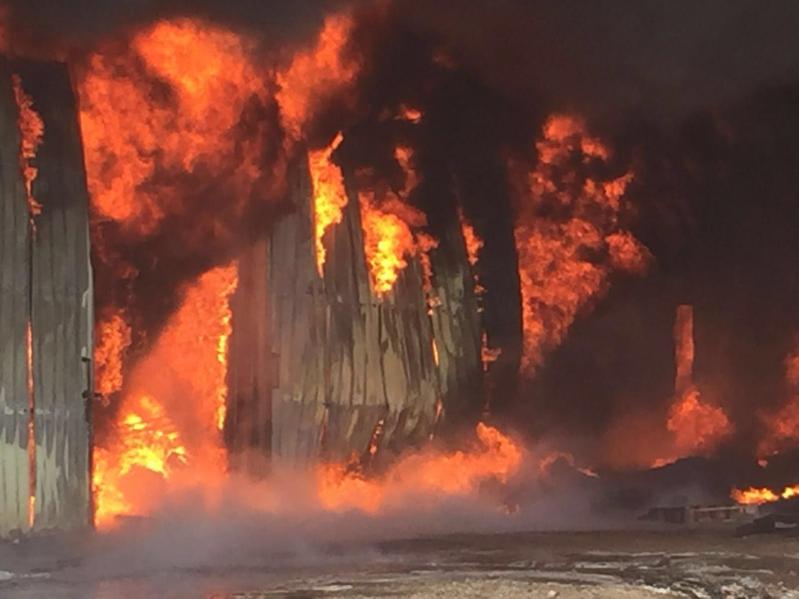 حريق هائل  بمستودع قطع غيار بينبع7