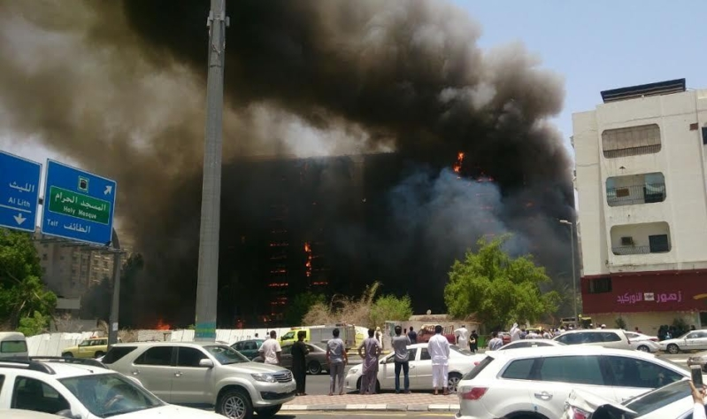 حريق هائل في برج فندقي  بحي العزيزية بمكة (4)