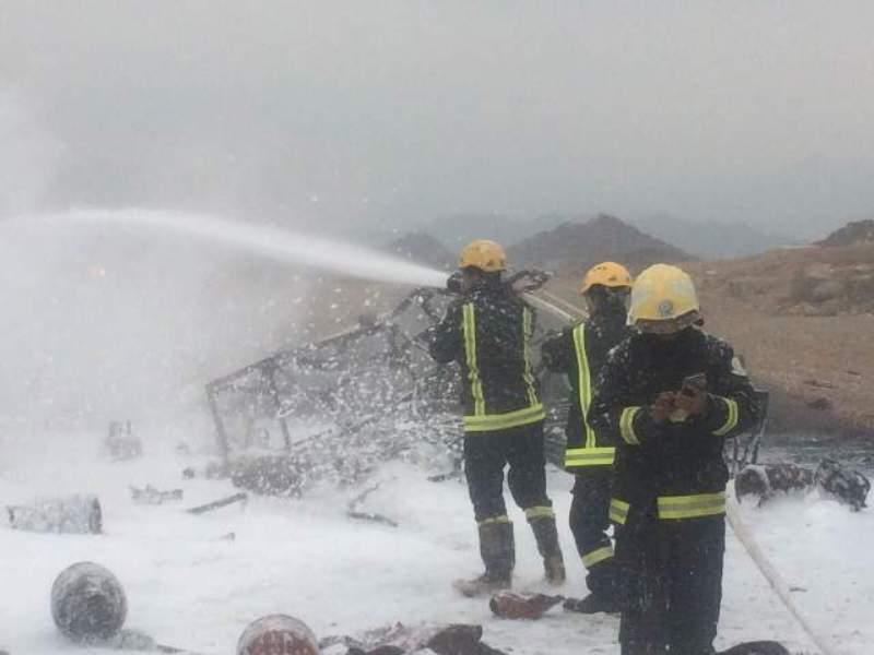 حريق وانفجارات متتالية بناقلة حاويات و #مدني_محائل يتدخل (4)