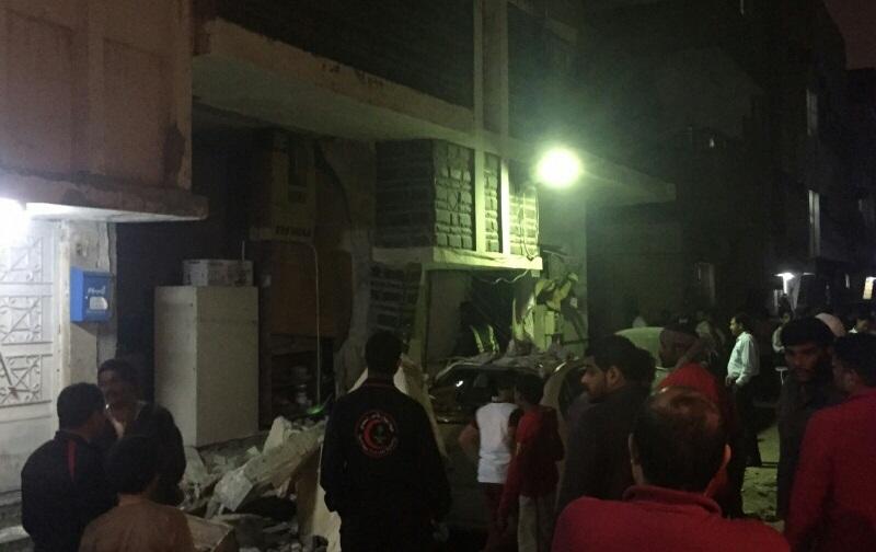 حريق يتسبب بانهيار جدار واصابة مقيم بحي القزاز بالدمام (2)
