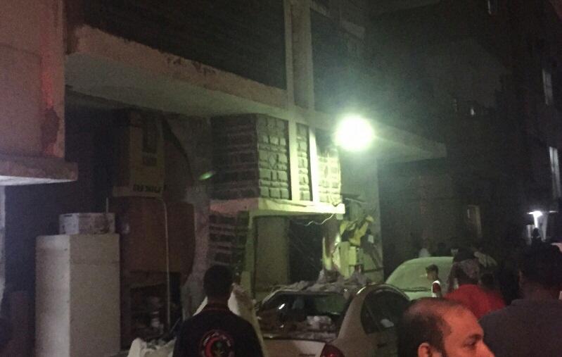 حريق يتسبب بانهيار جدار واصابة مقيم بحي القزاز بالدمام (4)