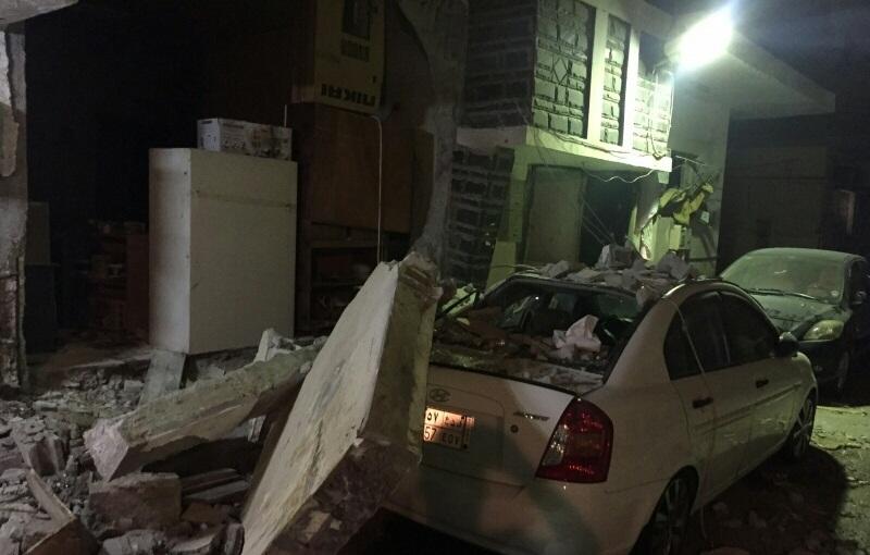حريق يتسبب بانهيار جدار واصابة مقيم بحي القزاز بالدمام (5)