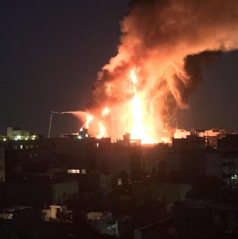 حريق يلتهم أكبر برج في مدينة مشهد الإيرانية
