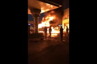 شاهد.. قائد مركبة يتدخل لإبعاد سيارة اشتعلت النيران فيها داخل محطة - المواطن