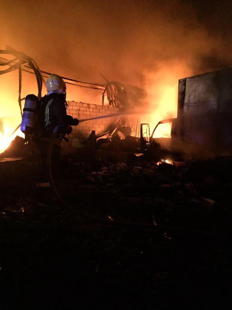 """بالصور.. الآن """"مدني جدة"""" يكافح حريقًا بمنطقة المستودعات - المواطن"""
