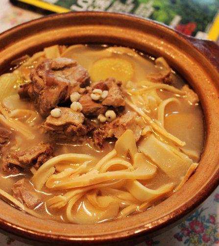 حساء البط مع جذور الخيزران واللحم
