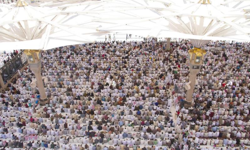 حشود بالمسجد النبوي وسط أجواء روحانية