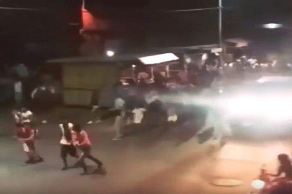 حشود غاضبة تحاصر رئيس فنزويلا