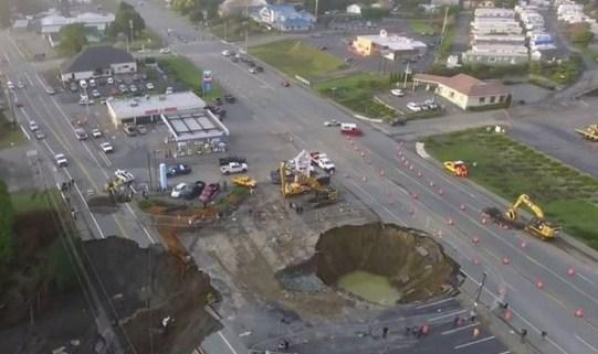 حفرة عملاقة تغلق الطرق في ولاية أوريغون الأمريكية