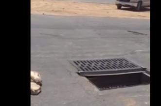 شاهد.. مواطن يوثق تسبب حفرة في انقلاب سيارة في احد شوارع الرياض - المواطن