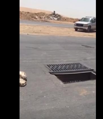 شاهد.. مواطن يوثق تسبب حفرة في انقلاب سيارة في احد شوارع الرياض
