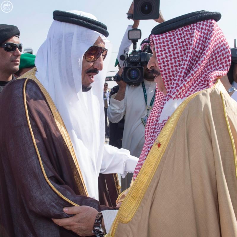 خادم الحرمين الشريفين في مقدمة مستقبلي جلالة الملك حمد بن عيسى آل خليفة ملك مملكة البحرين