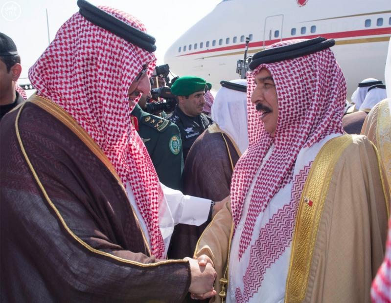 خادم الحرمين الشريفين في مقدمة مستقبلي جلالة الملك حمد بن عيسى آل خليفة ملك مملكة البحرين1