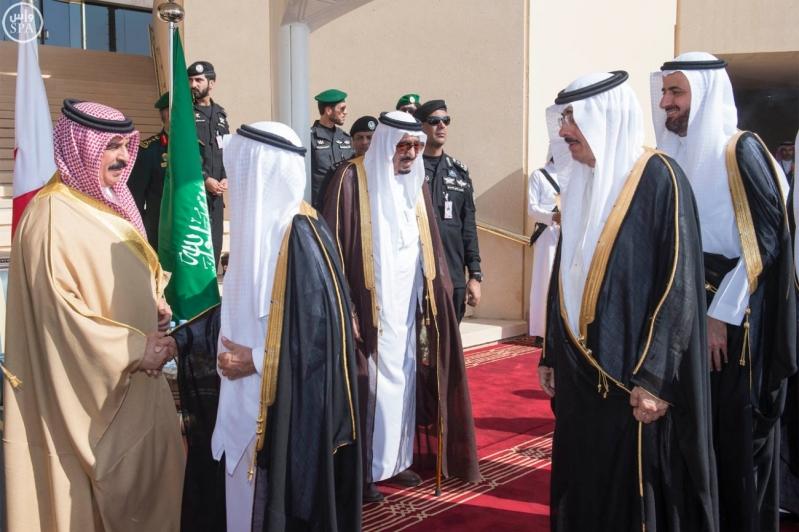 خادم الحرمين الشريفين في مقدمة مستقبلي جلالة الملك حمد بن عيسى آل خليفة ملك مملكة البحرين2