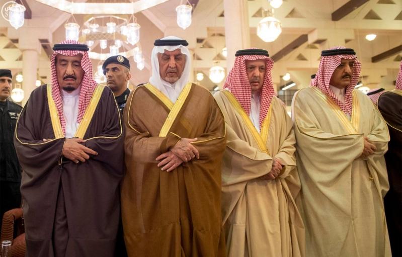 خادم الحرمين الشريفين يؤدي صلاة الميت على سمو الأمير بندر بن فيصل بن عبدالعزيز رحمه الله 2