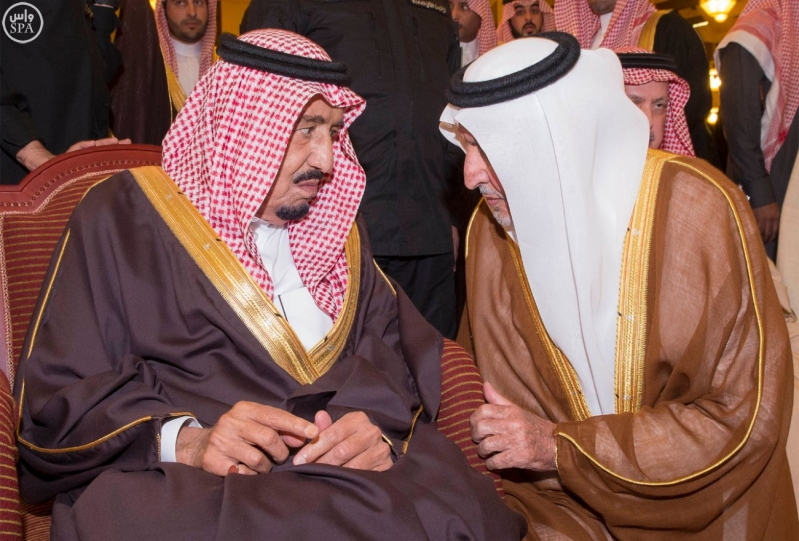 خادم الحرمين الشريفين يؤدي صلاة الميت على سمو الأمير بندر بن فيصل بن عبدالعزيز رحمه الله 3