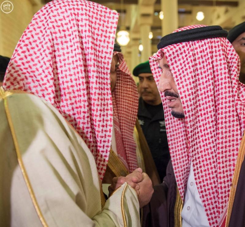 خادم الحرمين الشريفين يؤدي صلاة الميت على سمو الأمير بندر بن فيصل بن عبدالعزيز رحمه الله 4