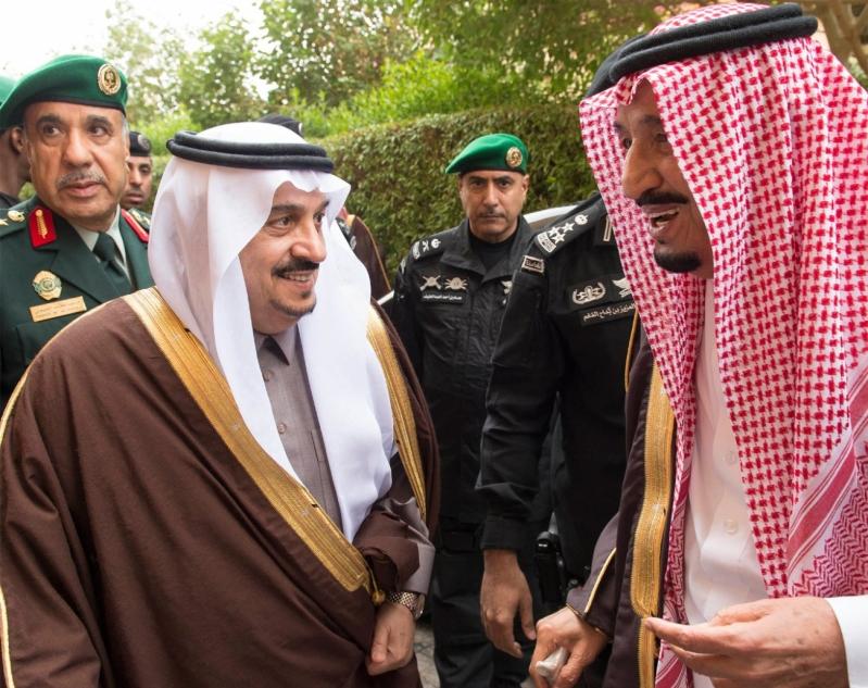 خادم الحرمين الشريفين يؤدي صلاة الميت على سمو الأمير بندر بن فيصل بن عبدالعزيز رحمه الله 5